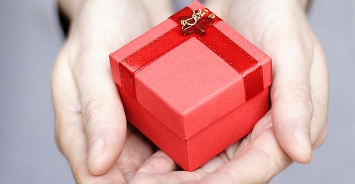 Fill 730x380 h nde halten ein geschenk pr sent