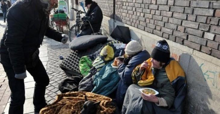 Fill 730x380 ein mitarbeiter der suppenengel versorgt in der innenstadt in bremen ein obdachloses paar