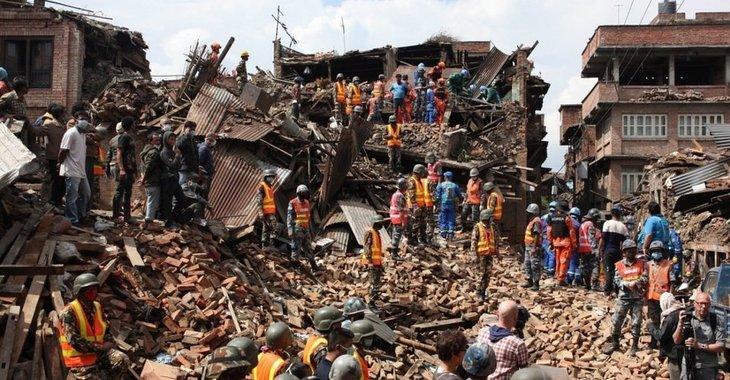 Fill 730x380 erdbeben in nepal junge nach fuenf tagen aus truemmern gerettet 41 57915429